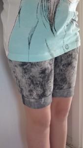 kurze Hose angezogen