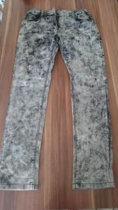 Lange Hose mit Loch am Knie
